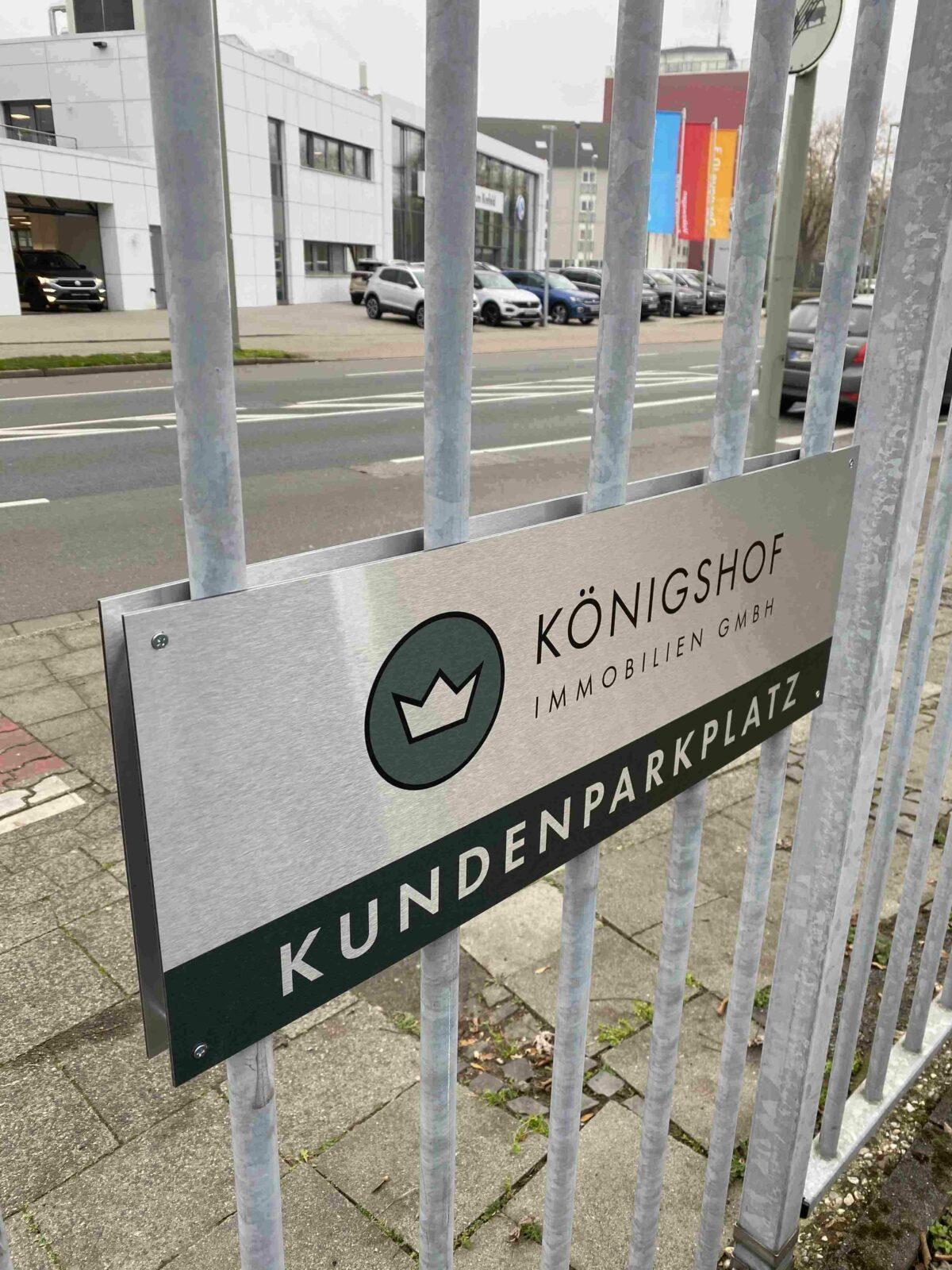 Parkplatzschild Aluminium gebürstet mit edlem Logodruck